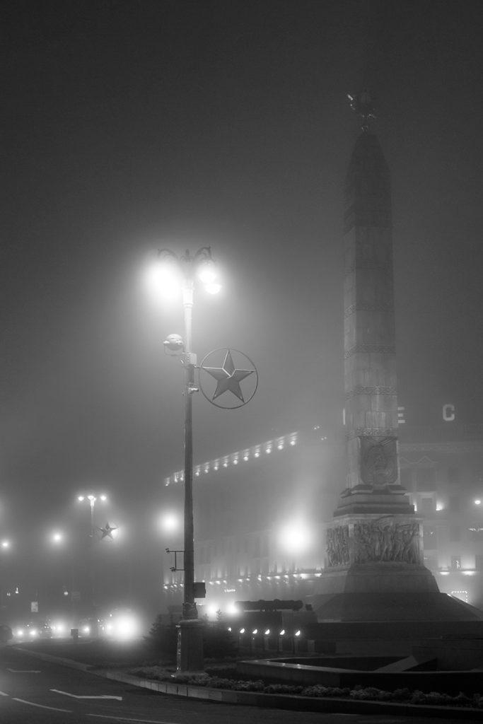 Серия городских видов в тумане, туманный вечер